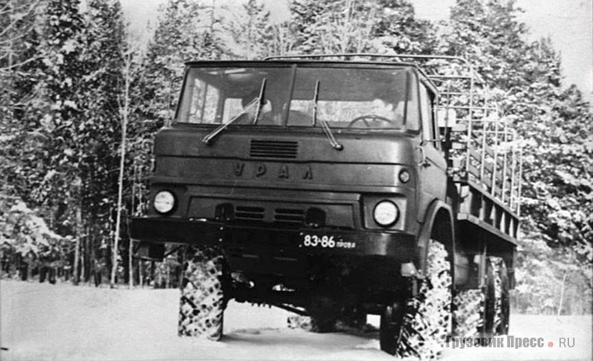 На стендах музея много редких фотографий, эта с испытаний экспериментального автомобиля «Урал-379А» (1970 г.)