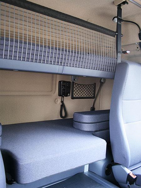 Верхняя спальная полка снабжена удерживающей сеткой. Есть также индивидуальная лампа для чтения на гибкой ножке