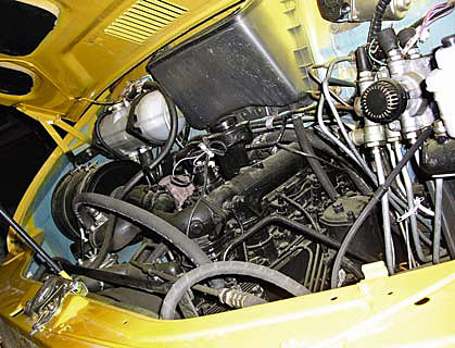 Моторный щит кабины частично «накрывает» двигатель