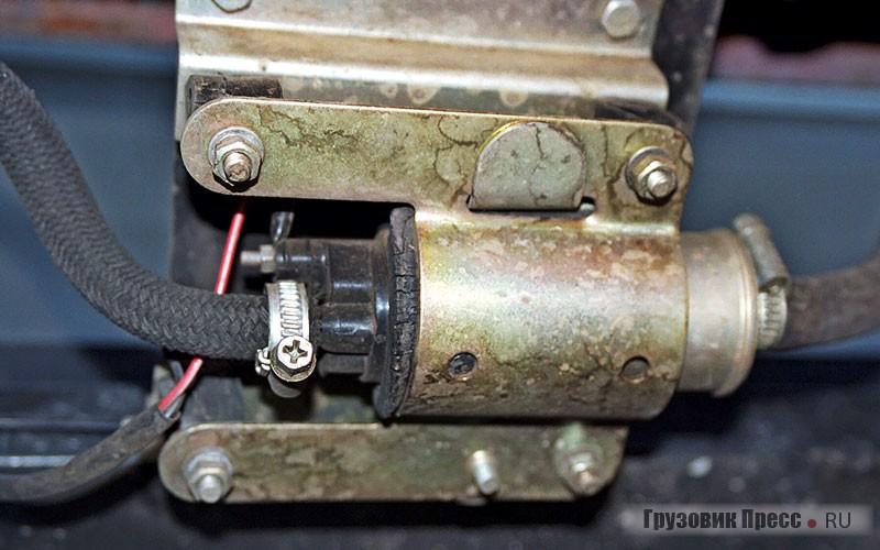 Электрический топливный насос крепится снаружи на раме