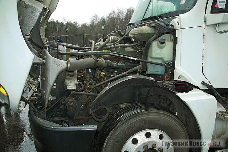 На Freightliner установлен Detroit Diesel объемом 12,7 л. Здесь все расширительные бачки собраны под капотом в одном месте, что очень удобно при обслуживании