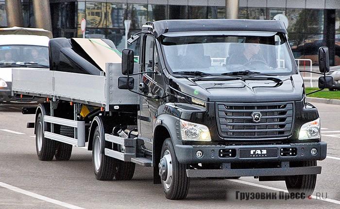 «ГАЗон-NEXT» позирует как соло, так и в образе седельного тягача с полуприцепом грузоподъёмностью 7 т