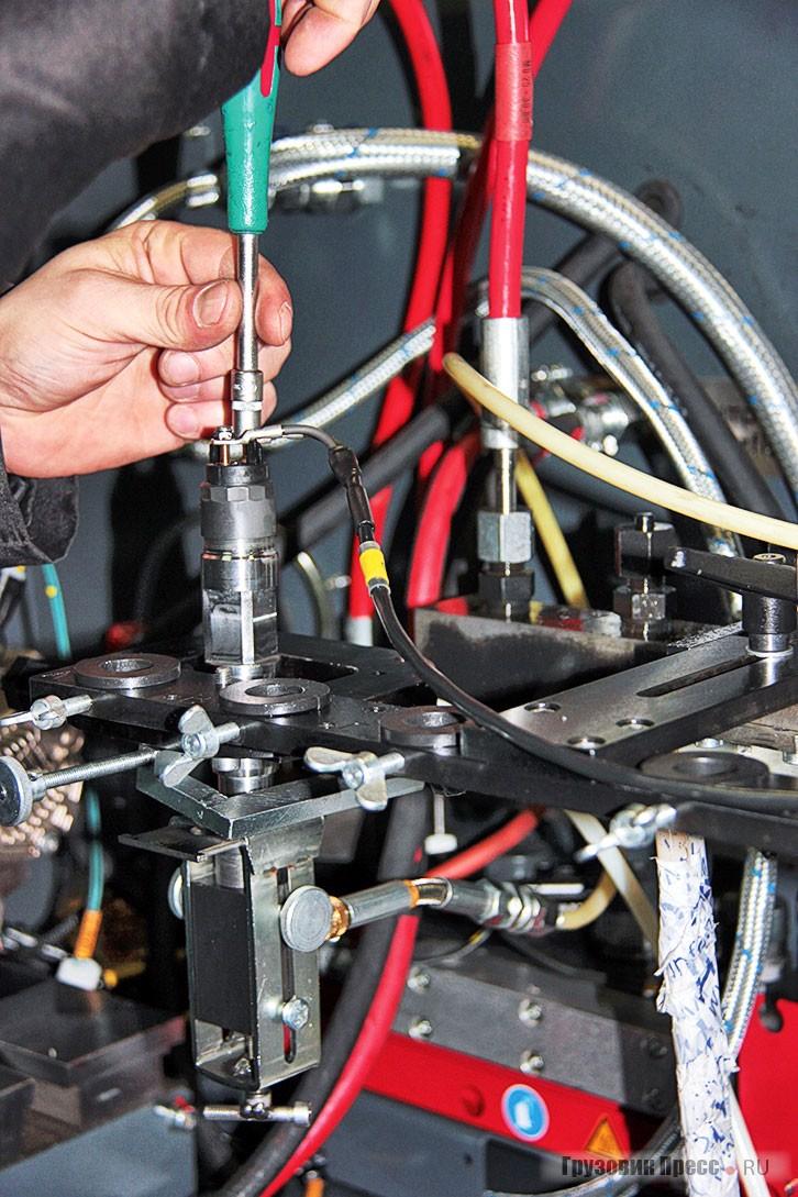 Установка отремонтированного инжектора на стенд перед испытанием