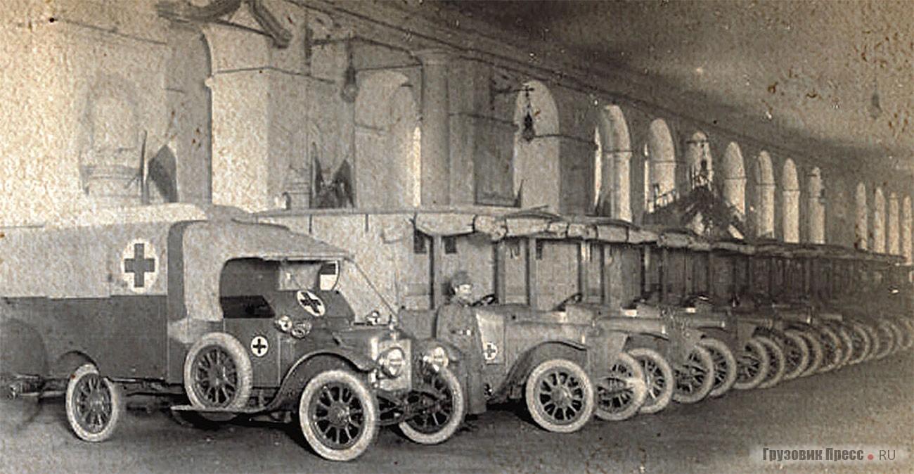 Colonne du détachement d'ambulances.  Au premier plan se trouve une Austin-8.  Pétrograd, 1915