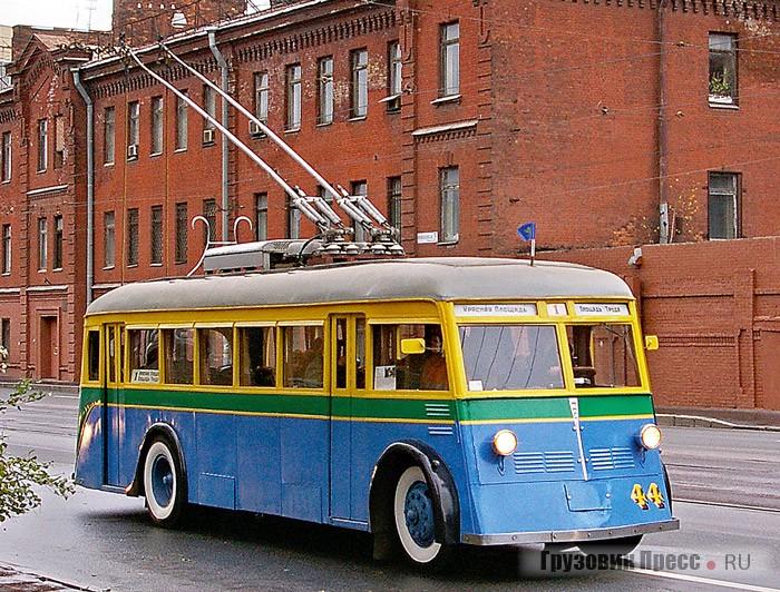Деревянный ЯТБ-1 проезжал по улицам города, где сохранились старые дома и объекты транспортной инфраструктуры