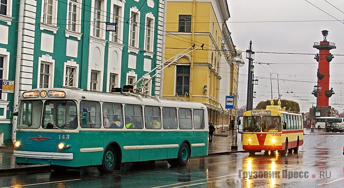 Колонна на Адмиралтейской набережной. Слева – ЗИУ-5Г. Справа –  ЗИУ-682Б, который был восстановлен на базе экспортного троллейбуса, предназначавшегося в начале 1980-х для Аргентины, но попавшего в Ленинград. После восстановления он получил характерную окраску для всех аналогичных троллейбусов, которые сходили с заводского конвейера с 1975 года